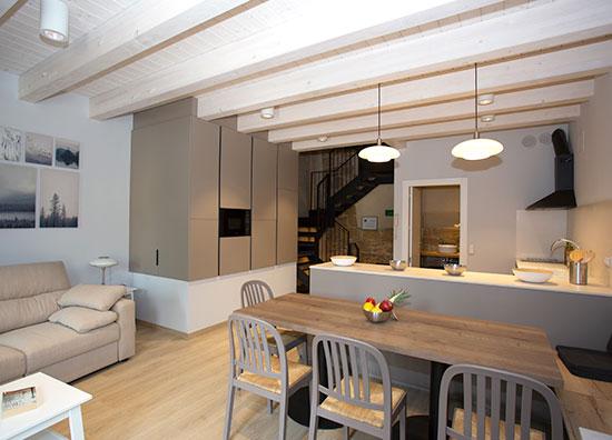 Salón - cocina alojamiento La Casa de los Mil Años